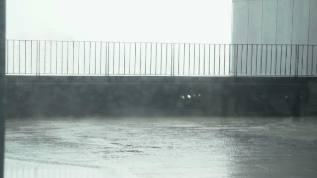 vídeos de stock, filmes e b-roll de chuva pesada - nível da superfície