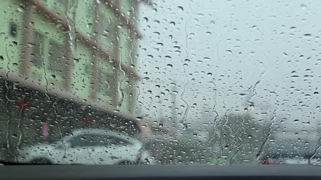 Starker Regen und schlechten Wetterbedingungen auf der Straße