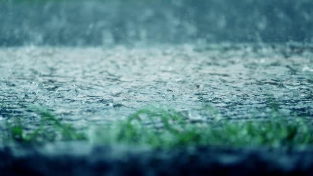 Heftige Regenfälle Tröpfchen strömenden Regen schlechte Regenwetter Tag, Slow-motion