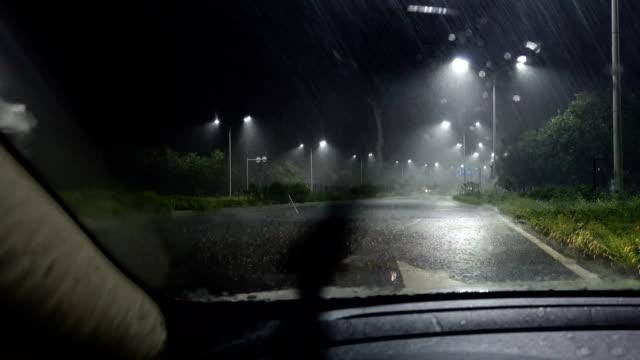 vídeos de stock, filmes e b-roll de chuva pesada, olhando da janela do carro - para brisa