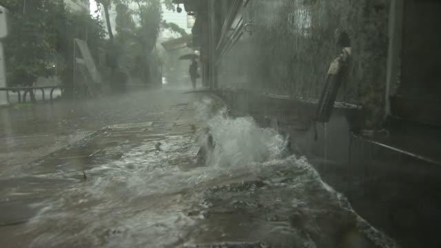 vídeos y material grabado en eventos de stock de heavy rainwater gushing out of drain, tokyo, japan - lluvia torrencial
