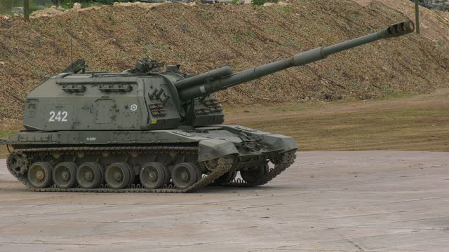heavy self-propelled howitzer in position - howitzer stock videos & royalty-free footage