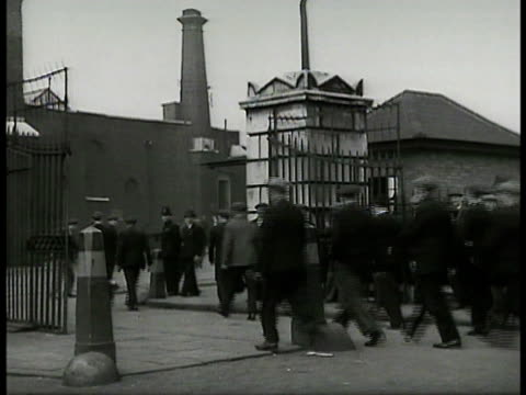 vidéos et rushes de heavy smoke from factory ws english workers entering factory gates ms workers getting cards from window booth ws women in coats hairnets working w/... - charlotte médicale ou sanitaire
