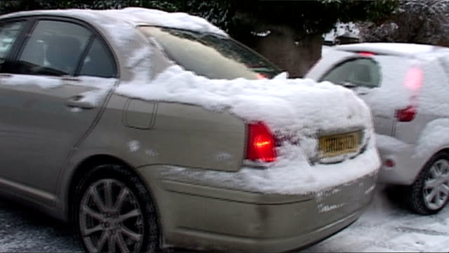 heavy snow across britain causes chaos; hampshire: southampton: shots of cars skidding and sliding in snow and black ice - rutschen stock-videos und b-roll-filmmaterial