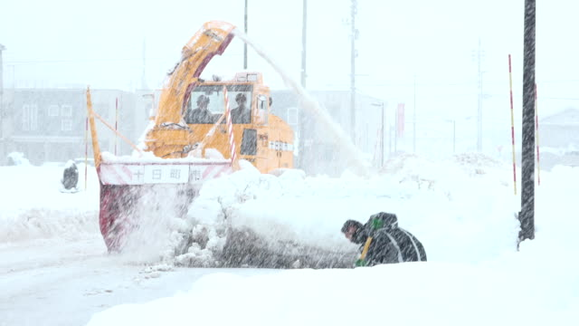 vídeos de stock e filmes b-roll de heavy snow clearing machinery clears road during major winter storm in northern japan - major road