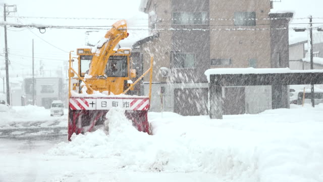 vídeos de stock, filmes e b-roll de heavy snow clearing machinery clears road during major winter storm in northern japan - major road