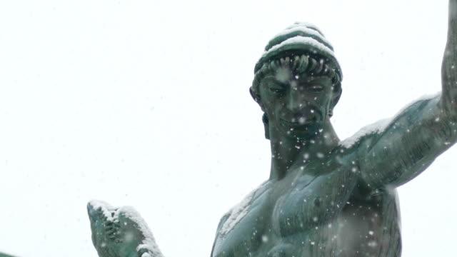 vidéos et rushes de neige lourde dans l'avenue de göteborg au ralenti - neige fraîche