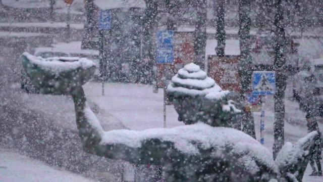 vidéos et rushes de neige lourde dans le ralenti de göteborg - neige fraîche