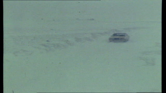 heavy snow in the west country; bv trucks; pull out road; track along motorway: bv car along; pull out: snowplough: video westward: col pos recd;... - espansione verso l'ovest video stock e b–roll