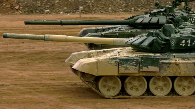 schwerer panzerangriff - kampfpanzer stock-videos und b-roll-filmmaterial