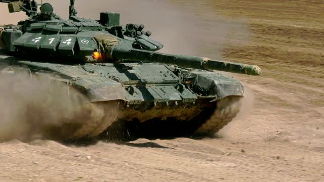 砲塔の機関銃からの移動中に重戦車火災 - 戦車点の映像素材/bロール