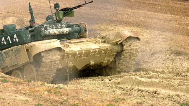 重戦車は障害物コース上の水で溝を克服する - 戦車点の映像素材/bロール