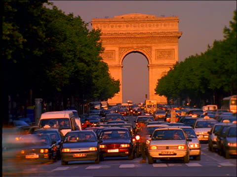 vídeos y material grabado en eventos de stock de heavy time lapse traffic on champs elysees / arc de triomphe background / paris - 1990