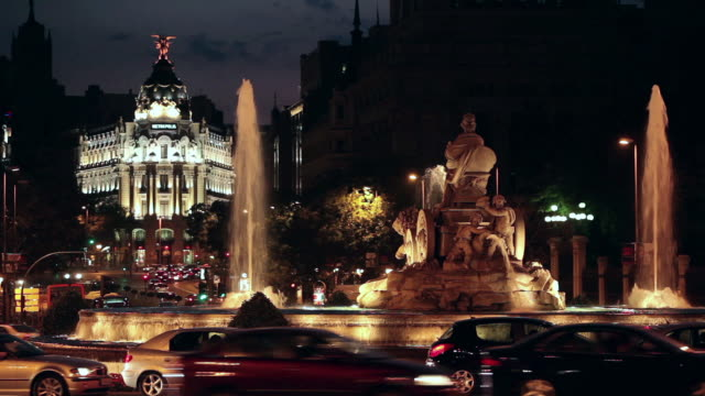 ws heavy traffic at plaza de cibeles with fuente de la cibeles at night / madrid, spain - b roll stock videos & royalty-free footage