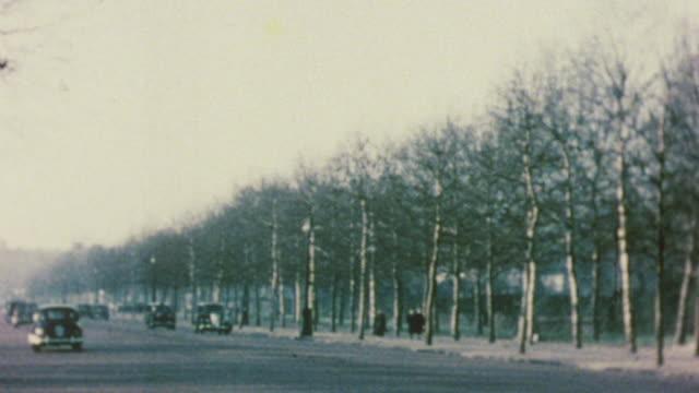 1956 shaky heavy traffic beside a park / london, england - vagare senza meta video stock e b–roll