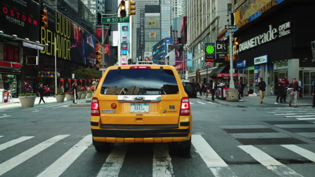 heavy traffic in broadway theaterland - gelbes taxi stock-videos und b-roll-filmmaterial