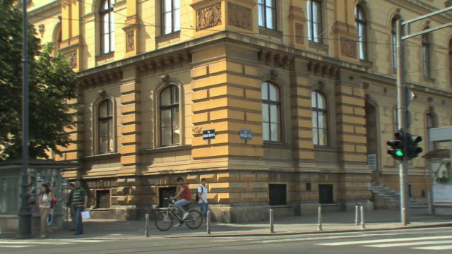 ws zo heavy traffic in front of arts and crafts museum / zagreb, croatia  - trolleybus stock-videos und b-roll-filmmaterial