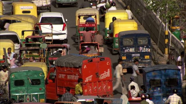 heavy traffic on a delhi street. - デリー点の映像素材/bロール