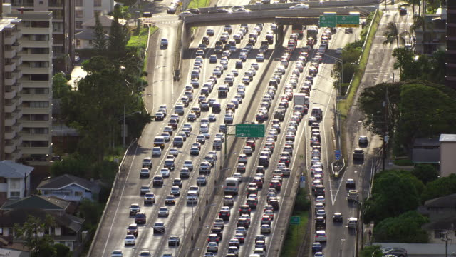vídeos de stock, filmes e b-roll de ws aerial heavy traffic on a honolulu highway / hawaii, united states - tráfego