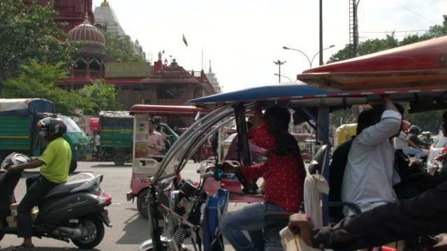 heavy traffic on an overcrowded street in old delhi - jinrikisha stock-videos und b-roll-filmmaterial
