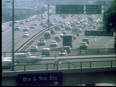1965 ha ws heavy traffic on freeway/ los angeles, california - anno 1965 video stock e b–roll