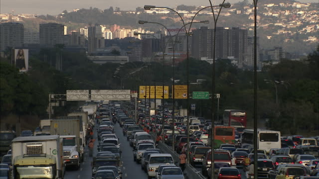 stockvideo's en b-roll-footage met ws ha heavy traffic on highway in caracas with skyline / metropolitan district of caracas, miranda, venezuela - zuid amerika