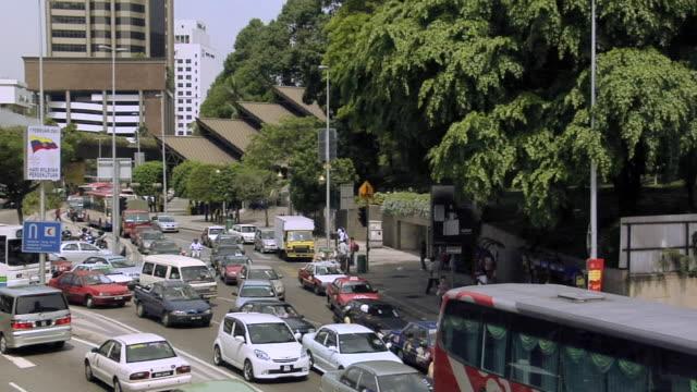 ws heavy traffic on jalan pudu and jalan tun perak / kuala lumpur, malaysia - kuala lumpur点の映像素材/bロール