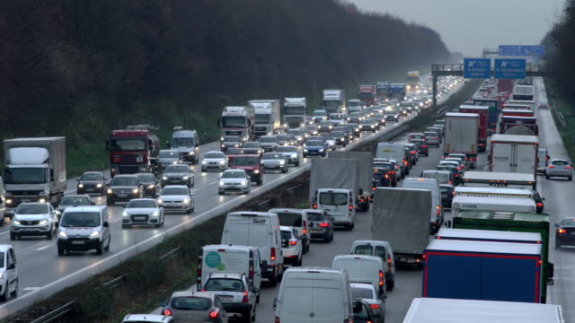 stockvideo's en b-roll-footage met heavy traffic on motorway (dusk) - duitsland