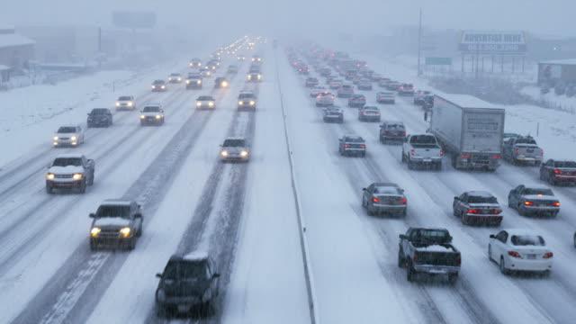ws ha heavy traffic on snowy road, orem, utah, usa - orem video stock e b–roll