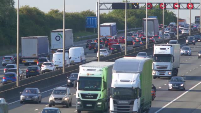 vídeos y material grabado en eventos de stock de heavy traffic on the m1 motorway, hertfordshire.england. - export palabra en inglés