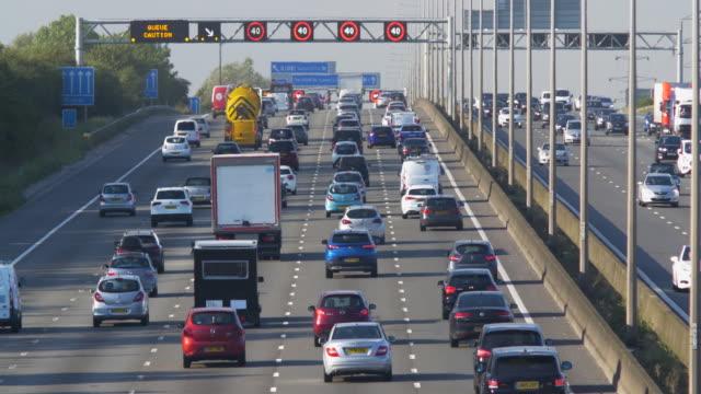 heavy traffic on the m1 motorway, hertfordshire.england. - verkehrsschild stock-videos und b-roll-filmmaterial