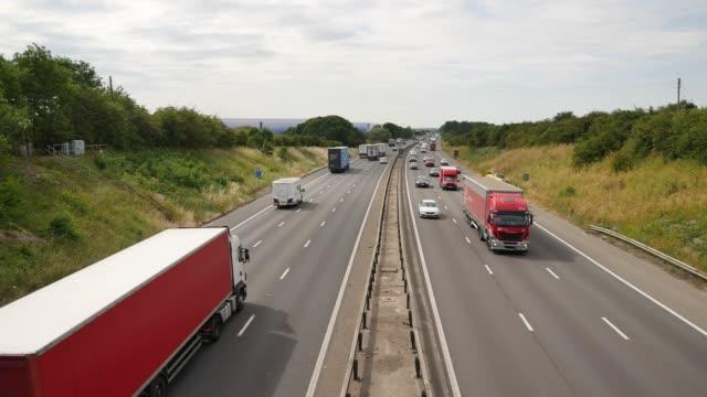 vidéos et rushes de heavy traffic on the m1 motorway near salford bedfordshire england uk - véhicule utilitaire léger