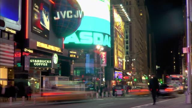heavy traffic passes the nasdaq building on broadway in new york city. - ナスダック点の映像素材/bロール