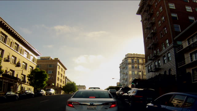 heavy traffic proceeding from russian hill in san francisco along the approach to the golden gate bridge and across the bridge on u.s. 101. - hill点の映像素材/bロール
