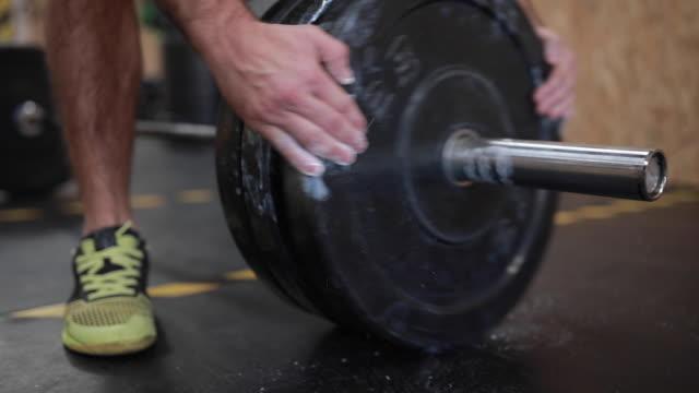 ジムで重い重量挙げ - ウェイトトレーニング用器具点の映像素材/bロール