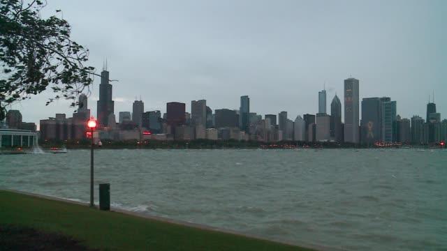 vídeos de stock e filmes b-roll de wgn heavy winds cause waves to crash along chicago's shoreline on october 3 2015 - aquário john g shedd