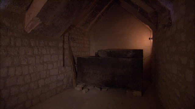 stockvideo's en b-roll-footage met a heavy wooden box rests on stones inside  tomb at saqqara, giza, egypt. - egyptische cultuur