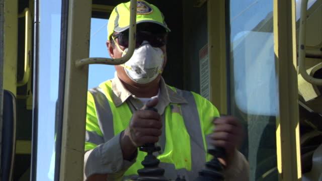 a heavy-equipment operator struggles with the controls. - computer game control bildbanksvideor och videomaterial från bakom kulisserna