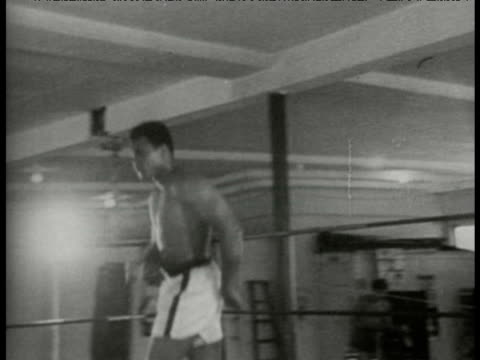 vidéos et rushes de heavyweight title challenger and previous champion muhammad ali circles ring during training ahead of world title bout against george foreman - précédent