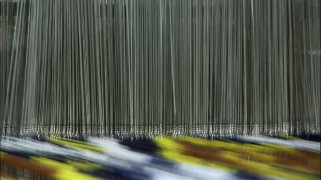 vidéos et rushes de heddles move up and down as silk is woven, hetian, xinjiang province, china - tisser