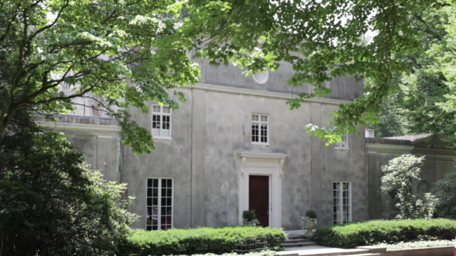 vidéos et rushes de hedges are adjacent to the entrance of a country estate. - façade