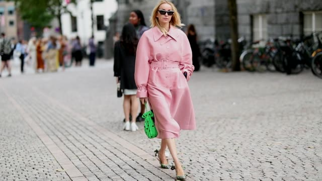 vídeos de stock e filmes b-roll de hege aurelie badendyck wearing pink stine goya dress green mini bag green slingbacks is seen outside the anne karine thorbjornsen show during oslo... - sapato aberto atrás