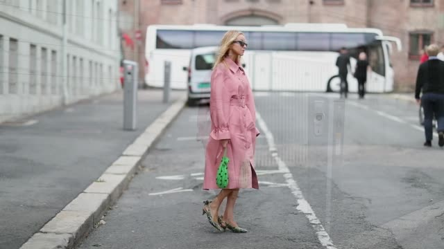 vídeos de stock e filmes b-roll de hege aurelie badendyck wearing pink stine goya dress green mini bag green slingbacks seen outside the anne karine thorbjornsen show during oslo... - sapato aberto atrás