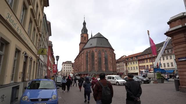 ハイデルベルクハイリグガイスト教会、ドイツの典型的な家のファサード - ハイデルベルク点の映像素材/bロール