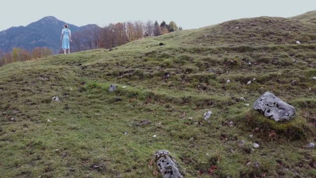 stockvideo's en b-roll-footage met 'heidi' girl in blue dress on a alpine meadow in autumn - alleen één tienermeisje