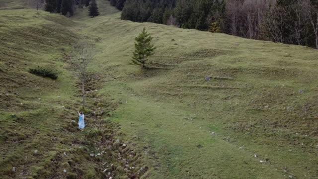 vídeos de stock e filmes b-roll de 'heidi' girl in blue dress on a alpine meadow in autumn - vestido branco