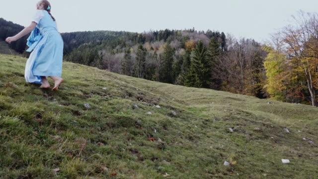 vidéos et rushes de 'heidi' girl in blue dress on a alpine meadow in autumn - robe blanche