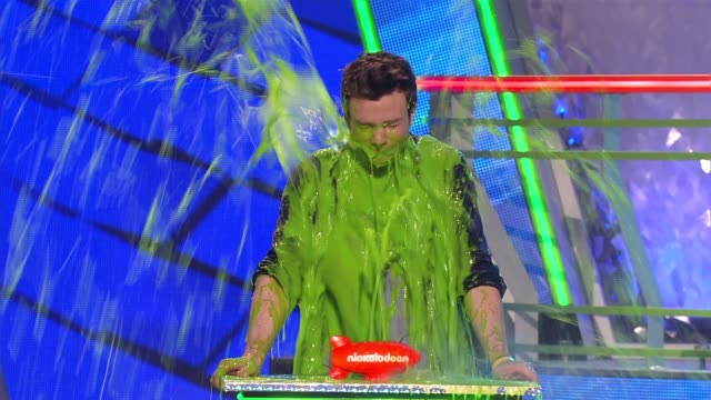 heidi klum and chris colfer get slimed at nickelodeon's 25th annual kids' choice awards on 3/31/12 in los angeles ca - nickelodeon bildbanksvideor och videomaterial från bakom kulisserna