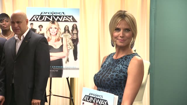vídeos y material grabado en eventos de stock de heidi klum at heidi klum heidi klum signs copies of project runway the show that changed fashion at barnes noble 5th avenue on july 13 2012 in new... - barnes & noble