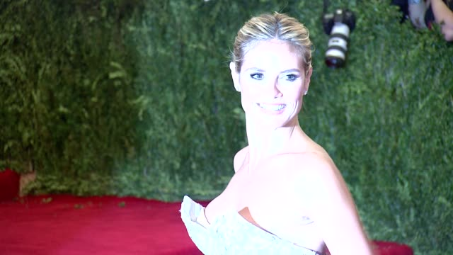 """vidéos et rushes de chaos to couture"""" costume institute gala at metropolitan museum of art on may 06, 2013 in new york, new york - museum"""